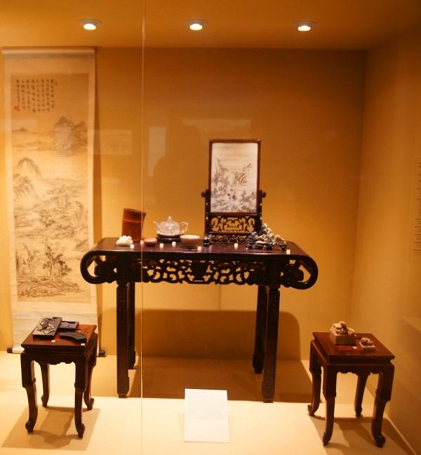 Китай – родина чая. Уже в III тыс.до н.э. Шэнь Нун – император легендарной династии Ся – попробовал заварить лист чайного куста. С тех пор напиток стал непременным атрибутом жизни этого народа. С незапамятной древности китайцы знали и секреты приготовления вин из зерна, цветов и фруктов. Однако только в эпоху раннего Средневековья в Китае появилось виноградное вино.