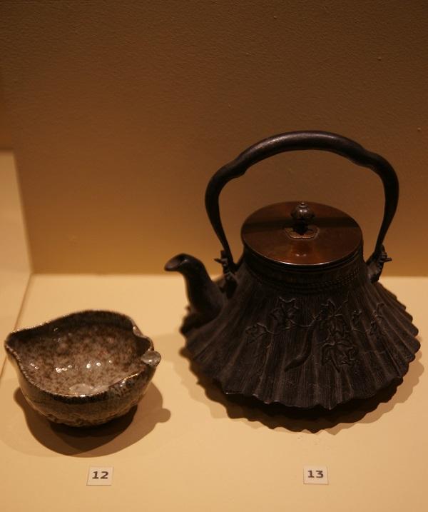 Сосуд для охлаждения кипятка  Япония, 19 в.,  керамика, глазурь, позолота Чайник  Япония, начало 20 в.  чугун, литье