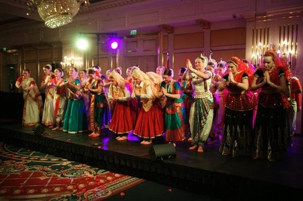 Ball Hall Танцовщицы на сцене  День Республики Индия