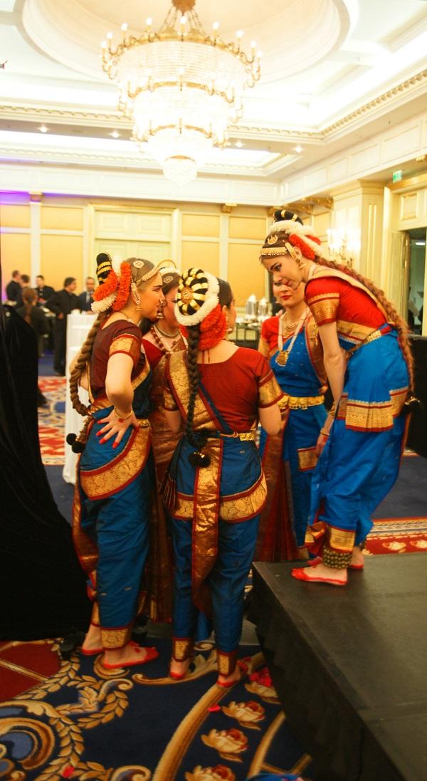 Ball Hall Танцовщицы после выступления  День Республики Индия