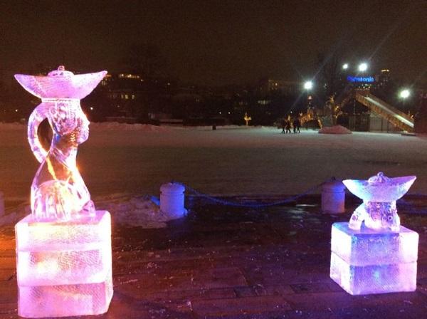 Ледяные скульптуры  на входе в ГТГ  по мотивам работ Зорикто Доржиева