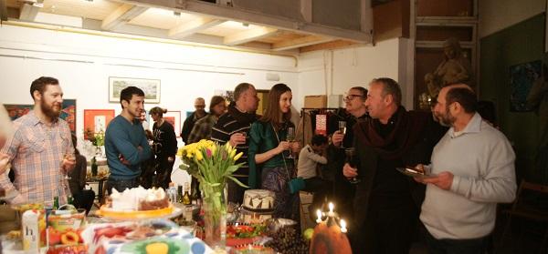 Художник  Зураб Пачулия поздравляет Александра Рябичева с Днем Рождения 13 февраля 2015 г.  в Творческой Мастерской Рябичевых