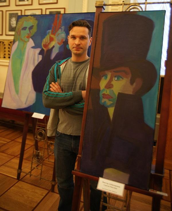 Виктор Добронравов на фоне своего портрета,  где он изображен в образе Евгения Онегина художником Ильей Комовым