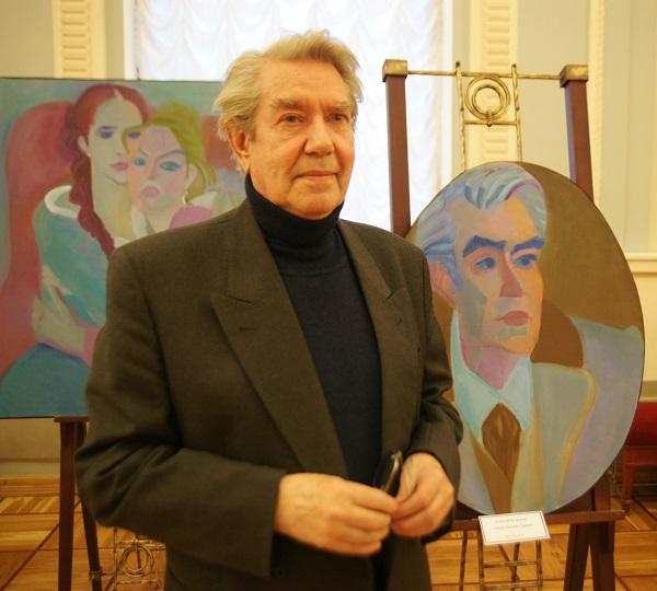 Алексей Кузнецов на фоне своего портрета, где актер изображен  в роли Дмитрия Ларина художником Ильей Комовым