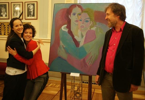 Ольга Лерман и Наталья Винокурова на фоне своего портрета,  где они изображены в ролях Ольги и Татьяны художником Ильей Комовым
