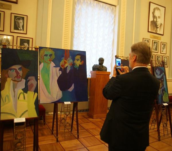 """Многие зрители приходят в театр пораньше, чтобы успеть посмотреть выставку картин художника Ильи Комова, представляющего в эти дни экспозицию """"Дуэль"""" в фойе Театра Вахтангова."""
