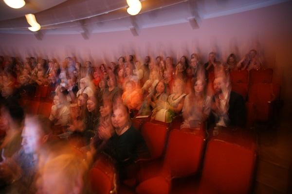 """Продолжительность спектакли почти три часа.  И зрители еще долго  """"не отпускают"""" актеров аплодисментами."""