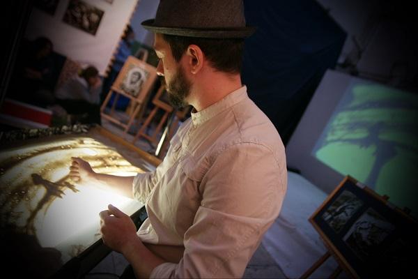 Свои картины Шеомир представляет в сопровождении музыки,  и это усиливает эмоциональный эффект    его работ.