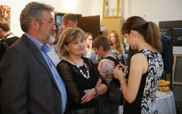 Анастасия Гучепшоко с родителями  Сергеем Рубцовым и Натальей Рубцовой на выставке Шеомира  в Творческой Мастерской Рябичевых