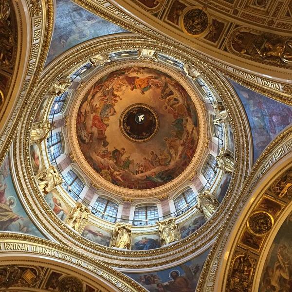 «Богоматерь во славе» – так называется грандиозная по своим размерам (816 кв.м) роспись плафона главного купола Исаакиевского собора, принадлежащая кисти великого художника Карла Павловича Брюллова.
