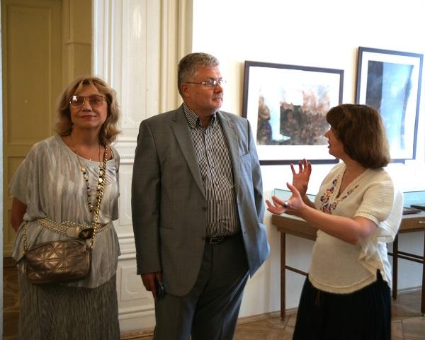 """Выставку посетили главный редактор """"Литературной газеты"""" с супругой Натальей Поляковой. Маргарита Сюрина встречает гостей."""