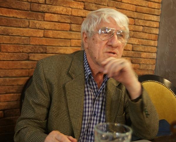 Олег Пересыпкин профессор Дипломатической академии МИД РФ, заслуженный работник дипломатической службы России. Работал на дипломатических должностях в Северном Йемене, Ираке, Южном Йемене. Посол в Йеменской Арабской Республике (1980-1984), посол в Ливии (1984—1986), с 1986 по 1993 год – ректор Дипломатической академии и член коллегии МИД СССР, посол в Ливане (1996—2000). Автор более 20 книг и многочисленных научных и публицистических статей, в том числе «10 000 км по Месопотамии», «Иракская нефть», «Йеменская революция 1962—1975 гг. Проблемы и суждения», «На ближневосточных перекрестках», «Восточные узоры» и др.