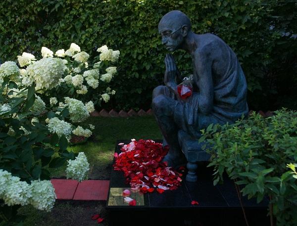 Памятник Махатме Ганди Скульпторы  Дмитрий Рябичев Александр Рябичев