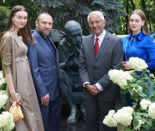 Господин Пунди Шринивасан Рагхаван Чрезвычайный и Полномочный Посол Республики Индия в Российской Федерации Скульптор  Александр Рябиче с дочерьми Софией и Даниэлой