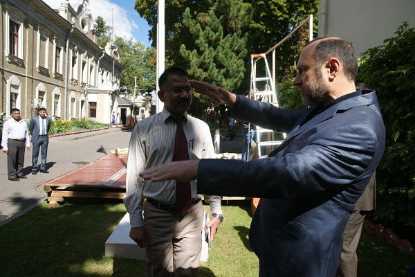 Скульптор Александр Рябичев.  Констультация по поводу размещения скульптуры на территории Посольства Республики Индия в России