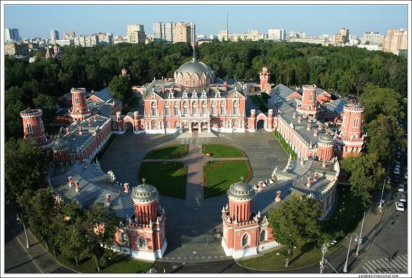 Петровский Путевой дворец.  Аэрофотосъемка (С) Википедия