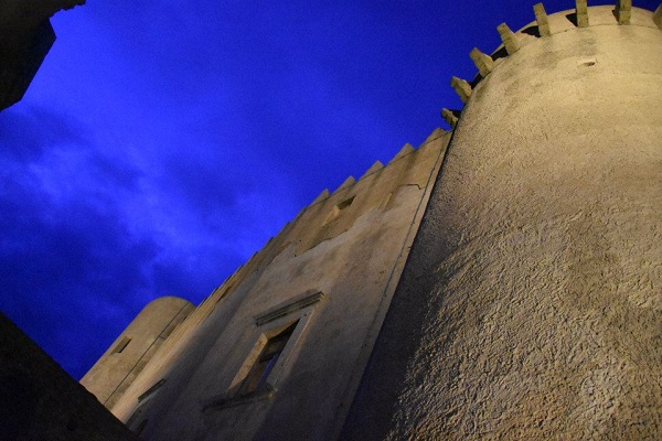 Старинные стены средневекового замка возвышаются над городом, как сам город возвышается на скале.  Каменный корабль. Лестница в небо. Санта Северина достойна самых поэтичных эпитетов.  фото: Пино Бароне (Pino Barone) профессор искусствоведения, директор Епархиального Музея, Санта Северина