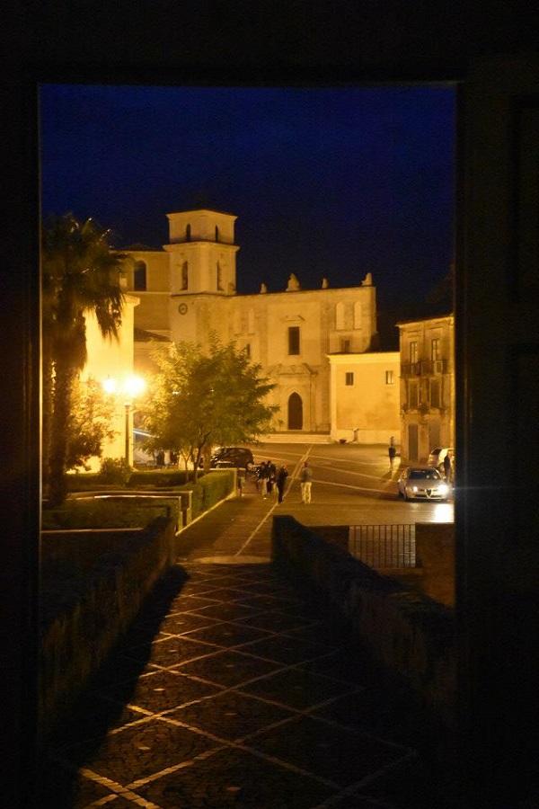 Прогулки по вечернему городу вдохновляют.  Кажется, Санта Северина создана для того, чтобы ее писали художники.  фото: Пино Бароне (Pino Barone) профессор искусствоведения, директор Епархиального Музея, Санта Северина