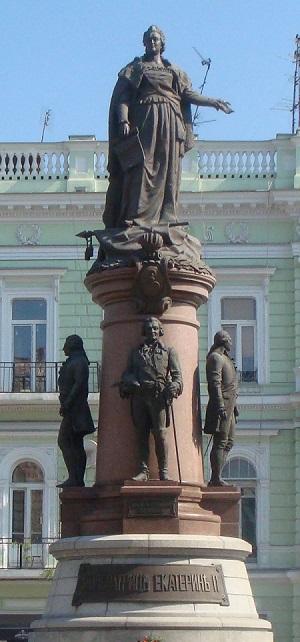 Памятник Екатерине Великой был установлен в 1900 году Создан скульптором Поповым М. П., архитектором Дмитренко Ю. М, инженером Сикорским А. А. при участии скульптора Эдуардса Б. В.
