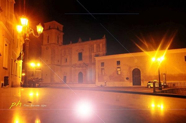 Вечером Санта Северина  особенно преображается.  Когда темнеет, и включается иллюминация и подсветка, город еще больше становится похож на средневековую сказку.   фото: Пино Бароне (Pino Barone) профессор искусствоведения, директор Епархиального Музея, Санта Северина