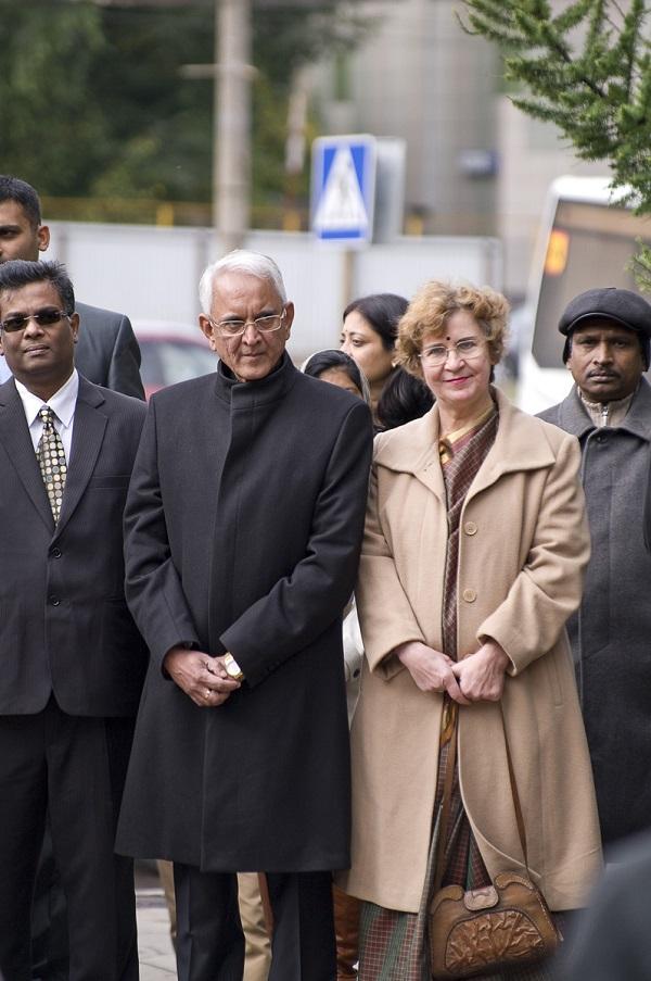 Посол Руспублики Индия в России господин Пунди Шринивасан Рагхаван  с супругой Барбарой Рагхаван и  коллегами у памятника Махатме Ганди в Москве 2 октября 2015 года.