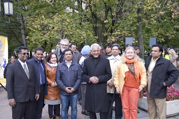 Посол Руспублики Индия в России господин Пунди Шринивасан Рагхаван  с коллегами у памятника Махатме Ганди в Москве 2 октября 2015 года.