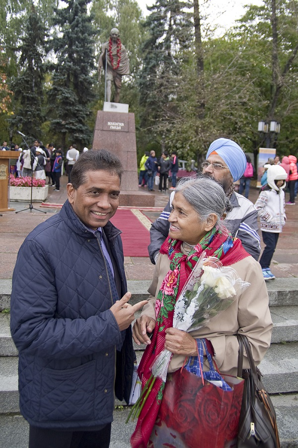 Доктор Рамешвар Сингх - президент Русско-индийского общества дружбы и госпожа Кришна Рой   у памятника Махатме Ганди в Москве 2 октября 2015 года.