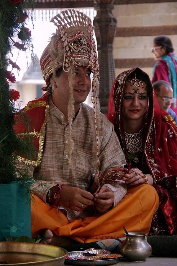"""Катерина Федорова, автор рассказа о традиционной индийской свадьбе:  """"Было здорово, это целое испытание, обряд длился 5 часов, одевали и разукрашивали меня часа 4, но это того стоило!!!"""" на фото: церемония """"Свадьба в Наггаре"""""""
