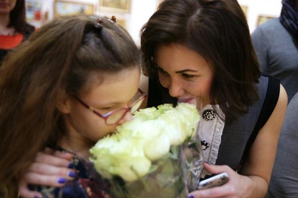 Елена Милехина с дочкой  на вернисаже Валерия Секрета, ЦДХ 14 ноября 2015 года
