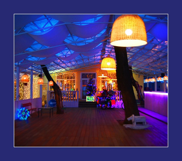 """Веранда Ресторана-кафе """"Сад"""" работает летом. Здесь можно проводить мероприятия, творческие встречи, выставки."""