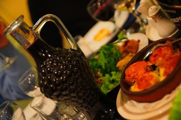 «Хачапури по-аджарски», «Шашлык из каре ягненка», «Цыпленок по-чкмерски», «Долма»,  и многие другие блюда домашней грузинской кухни можно попробовать в уютном кафе «Шпинат», которое расположилось в Брюсовом переулке. Для посетителей кафе работает бесплатный Wi-Fi. Кроме того, заведение осуществляет бесплатную доставку готовых блюд по городу. Кафе работает с одиннадцати утра до последнего посетителя.