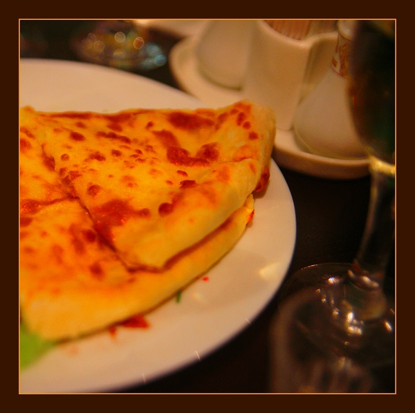 Хачапури — одно из самых знаменитых грузинских блюд. Кафе домашней грузинской кухни «Шпинат» Брюсов переулок д. 2/10, стр. 14
