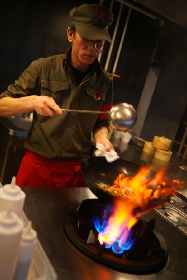 Поварам Китай Чи хватит и пяти минут, чтобы приготовить на ваших глазах одно из многочисленных паназиатских блюд.
