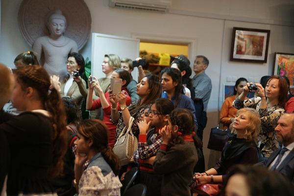 Среди гостей этого праздника -- дети из Индии и России, их родители, педагоги, друзья.