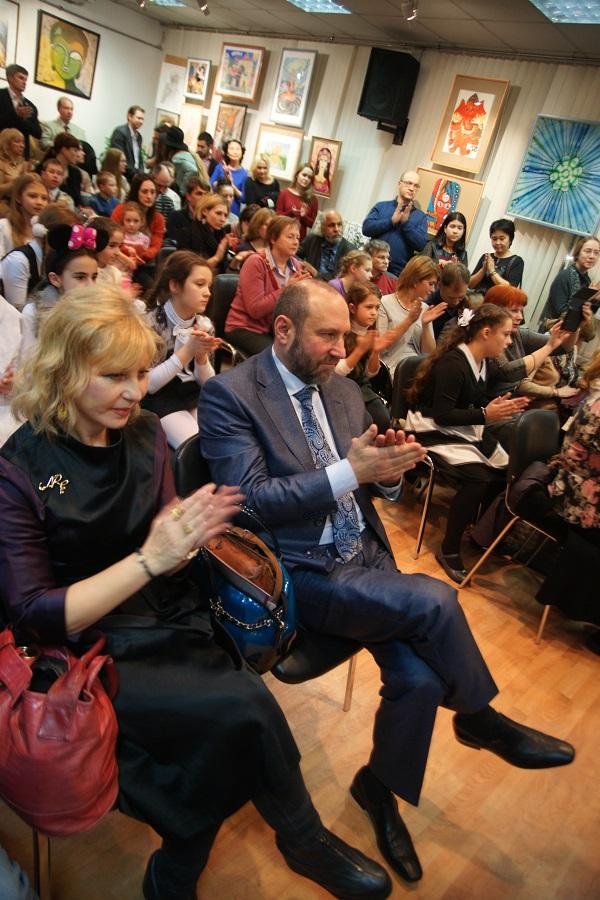 Судя по числу зрителей, событие привлекло внимание!  На первом плане фото: Жанна Булгакова, заслуженный работник культуры РФ, и Александр Рябичев, лауреат премии Джавахарлала Неру.