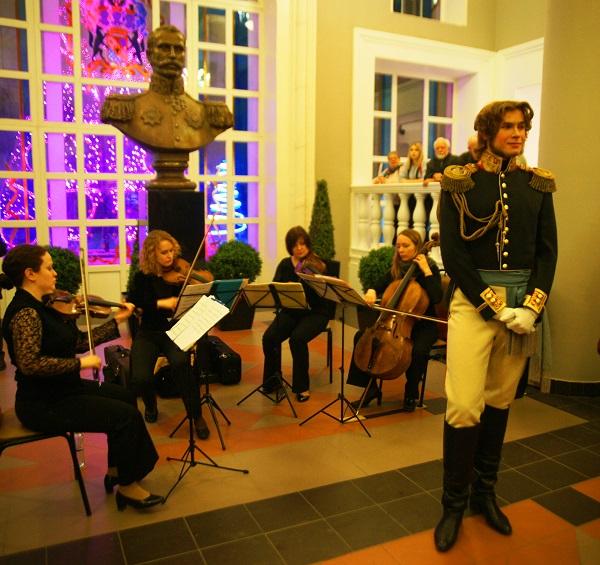 """Каждый из гостей вечера стремился сфотографироваться на память с """"графом Строгановым"""".  Несколько студентов  надели костюмы 19 века, чтобы придать придать празднику  атмосферу исторического события."""