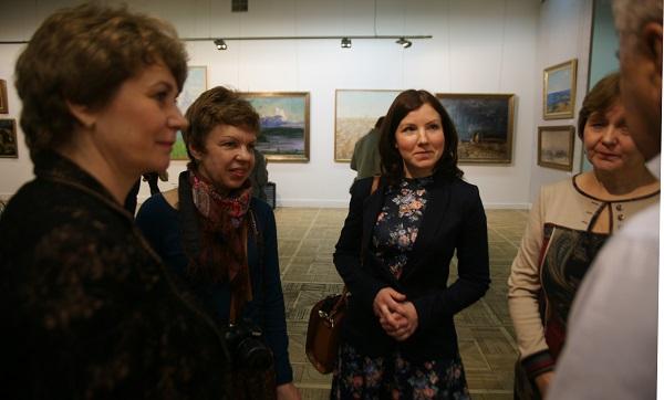 Члены делегации из Коломны беседуют с коллекционером Сергеем Брайловским
