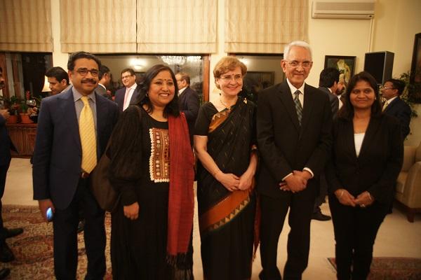Господин Пунди Шринивасан Рагхаван с супругой Барбарой Рагхаван в окружении  индийских журналистов.