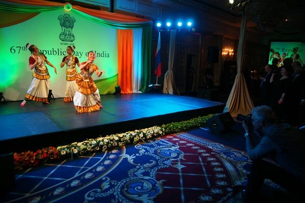 День Республики Индия (танцовщицы на сцене)  Арт-Релиз.РФ