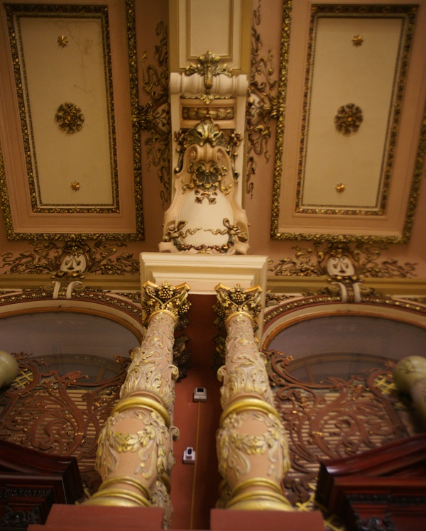 Массивные фигурные колонны с позолотой на капителях, арки, плафонные решения для сводов с падугами и большими хрустальными люстрами --интерьеры торговых залов выполнены в духе «необарокко».