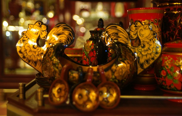 В Елисеевском Магазине в Зале Вина есть отдел сувениров.  Ладья с подвесными ковшиками. Хохлома.