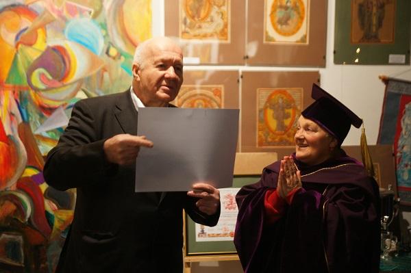 Виктор Пензин Президент Академии Народного искусства вручает диплом действительного члена Академии