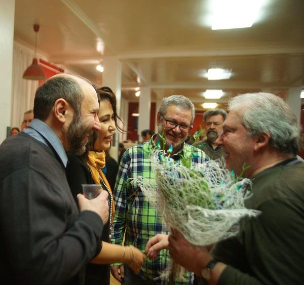 Друзья поздравляют  автора выставки Сергея Чайкуна Александр Рябичев, Гелена и Арсений Генс