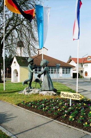 """Скульптура  """"Танцующие дети"""" в городе Денкендорф (Бавария) автор: Дмитрий Рябичев"""