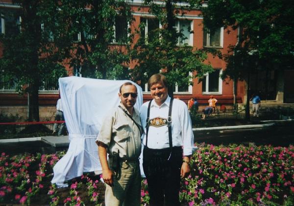 """1997 год. Скульптор Александр Рябичев и Кристиан Хольтц на открытии памятника """"Танцующие дети"""", у Краснопресненской управы."""