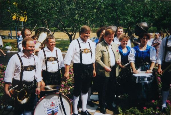 """1997 год. Баварская делегация во главе с Криситаном Хольтцем в Москве на открытии памятника """"Танцующие дети"""", у Краснопресненской управы."""