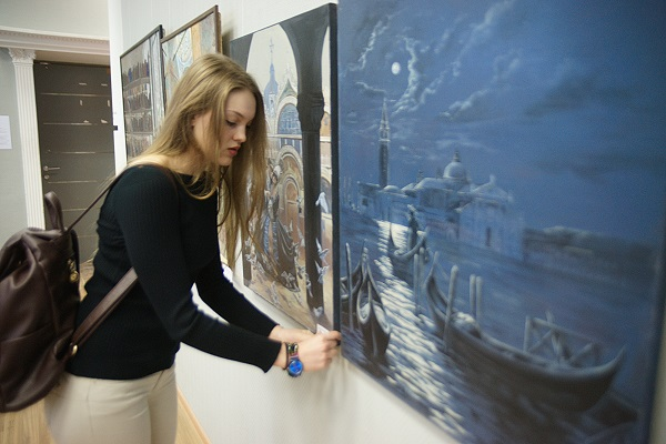 Даниэла Рябичева у своих работ