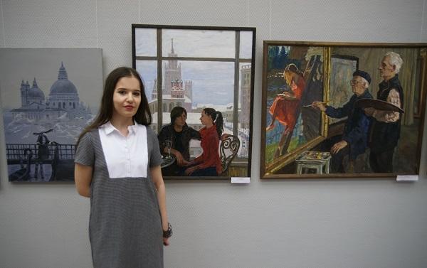 Мария Ткочева  у своих работ (справа)