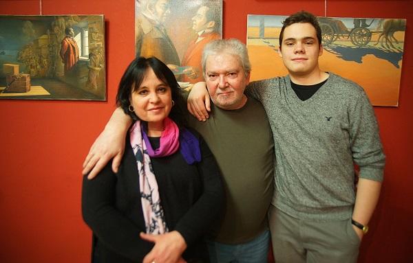 Автор выставки художник Сергей Чайкун с женой Екатериной  и сыном Александром в Доме Кино 5 февраля 2016 года