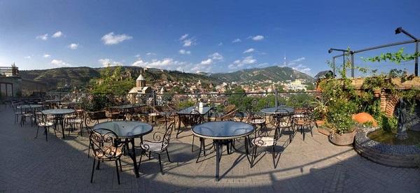 Kopala Hotel Отель Копала -- один из самых уютных в старом городе.  Отлично расположен в на тихой улочке. С террасы ресторана открывается  потрясающая панорама --  Тбилиси как на ладони.